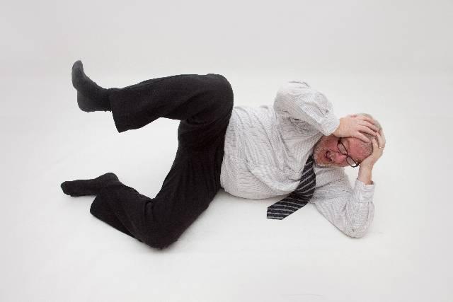 頭痛で頭を抱える男性|写真素材なら「写真AC」無料(フリー)ダウンロードOK (11668)