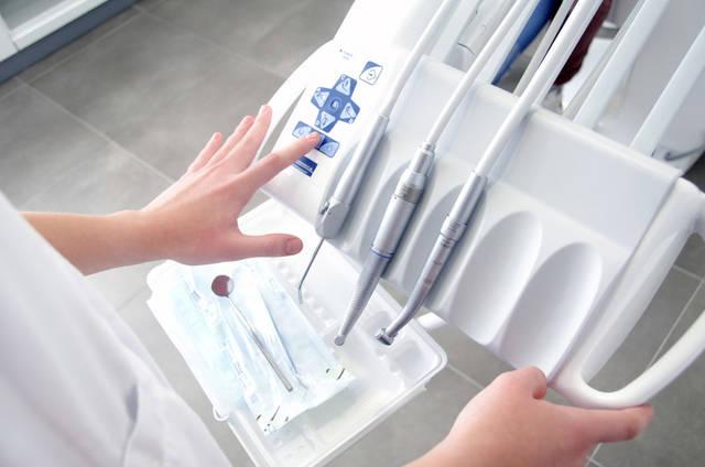 [フリー写真] 歯科医療機器を操作する手でアハ体験 -  GAHAG | 著作権フリー写真・イラスト素材集 (11693)