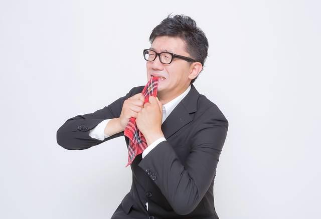 ハンカチ噛んで全力で悔しがるサラリーマン|フリー写真素材・無料ダウンロード-ぱくたそ (11697)