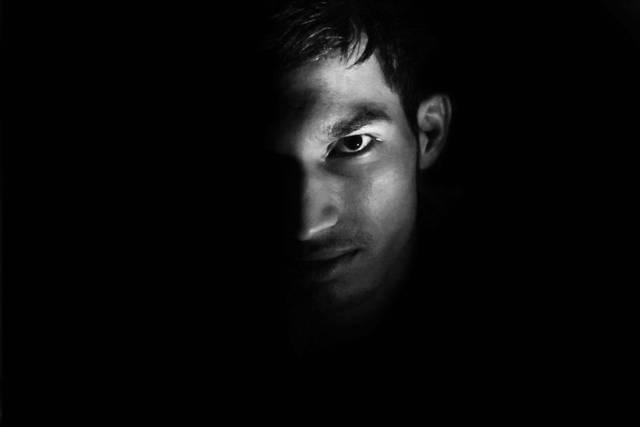 [フリー写真] 黒背景と男性の顔でアハ体験 -  GAHAG | 著作権フリー写真・イラスト素材集 (11699)