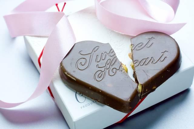 プレゼントされた箱と割れたハートのチョコ|フリー写真素材・無料ダウンロード-ぱくたそ (11700)
