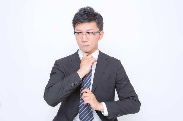 ネクタイを締め直す眼鏡をかけたビジネスマン|フリー写真素材・無料ダウンロード-ぱくたそ (11707)