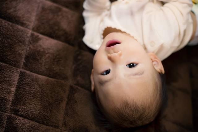床に寝転び微笑む赤ちゃん|フリー写真素材・無料ダウンロード-ぱくたそ (11792)