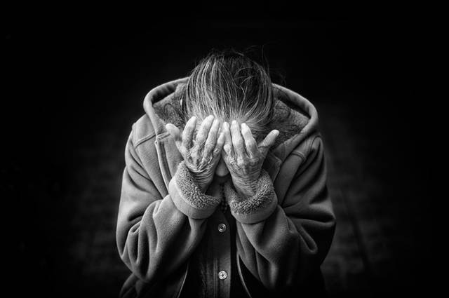 [フリー写真] 両手で顔を覆うおばあさんでアハ体験 -  GAHAG | 著作権フリー写真・イラスト素材集 (11804)