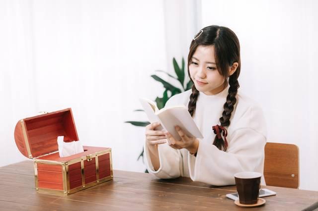 宝箱ティッシュと読書女子|ぱくたそフリー写真素材 (11841)