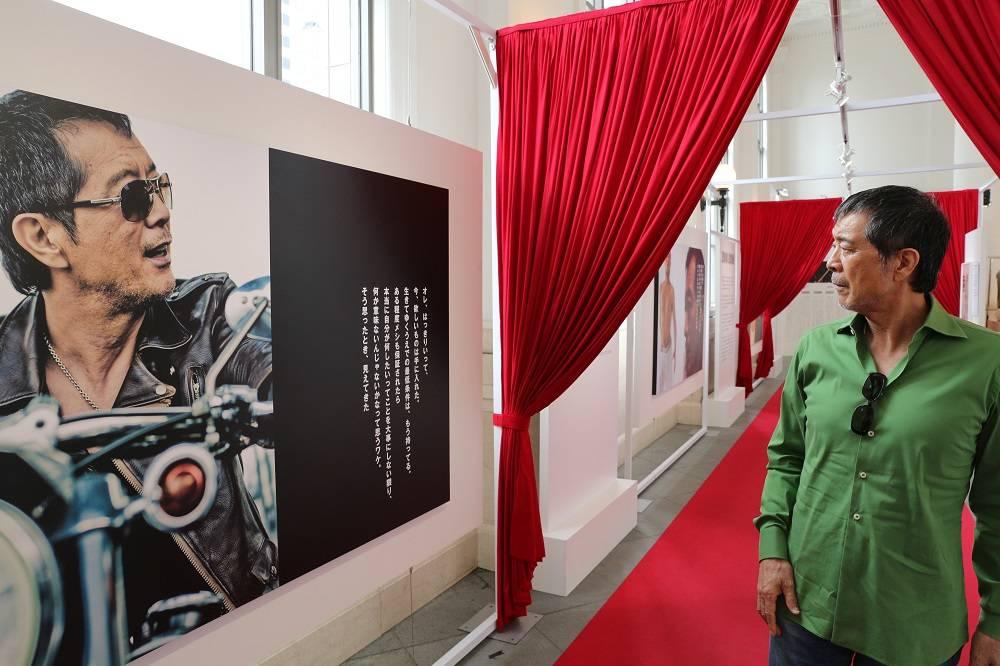 展示会『俺 矢沢永吉』に本人が急遽来場!貴重な展示品に「懐かしいな」