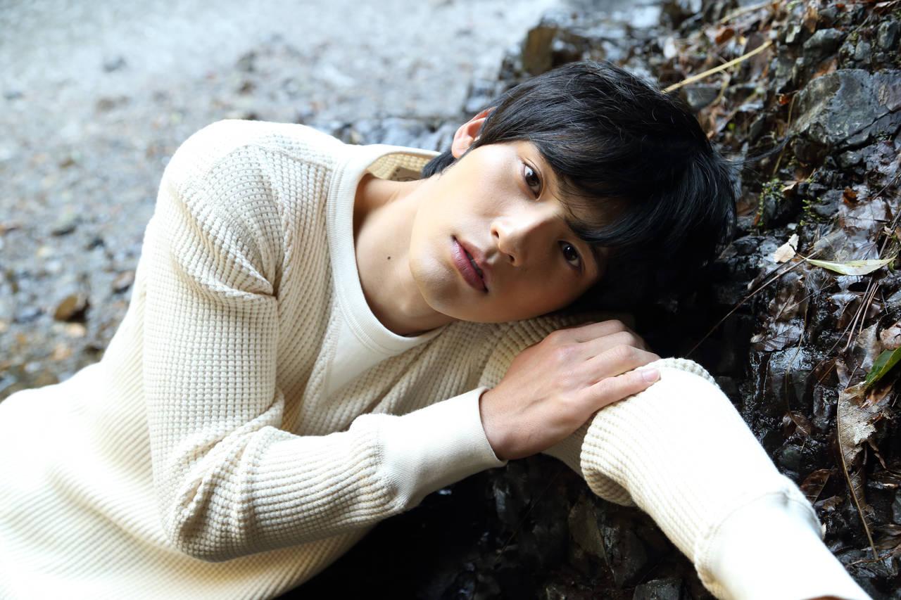 岡田健史ファースト写真集『鼓動』が発売前に早くも重版決定