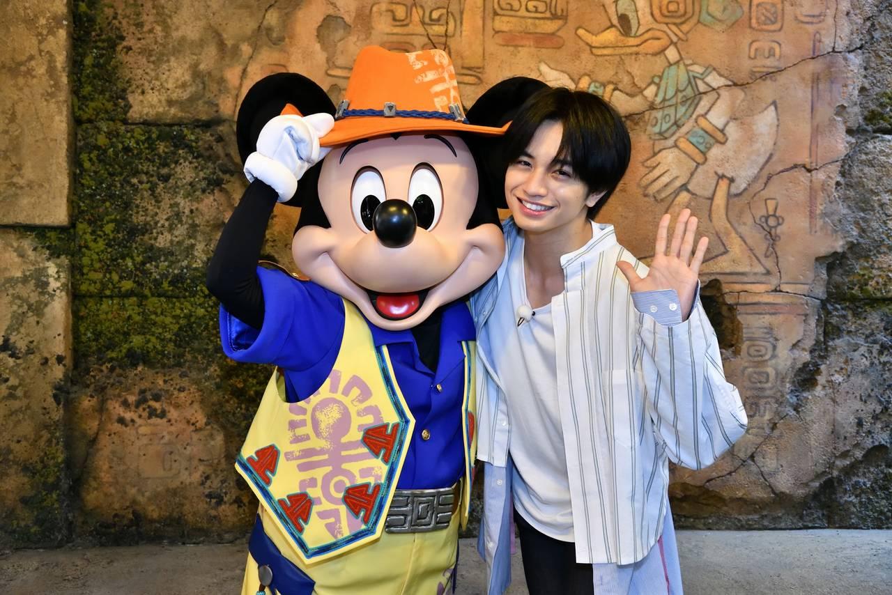 セクゾ中島健人、5年振り東京ディズニーシーにハイテンション!ミッキーとハグ