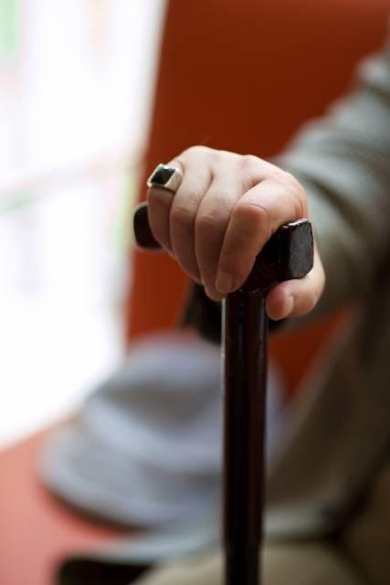 ソファーに座った男性の杖を突いている手元5|写真素材なら「写真AC」無料(フリー)ダウンロードOK (63)