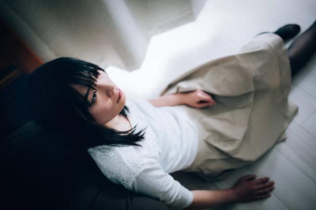 辛い記憶が忘れられない女性|フリー写真素材・無料ダウンロード-ぱくたそ (653)