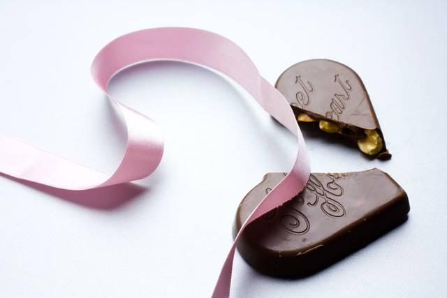 ピンクのリボンと割れたチョコレート|フリー写真素材・無料ダウンロード-ぱくたそ (659)