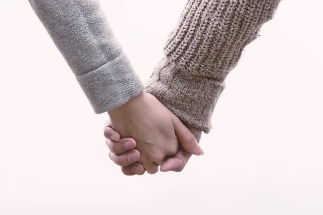 恋人と手をつなぐ(交際間もない)|フリー写真素材・無料ダウンロード-ぱくたそ (771)