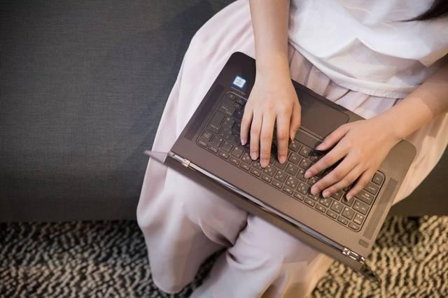 ソファーに座りインタビューしながら書き上げるライター|フリー写真素材・無料ダウンロード-ぱくたそ (782)