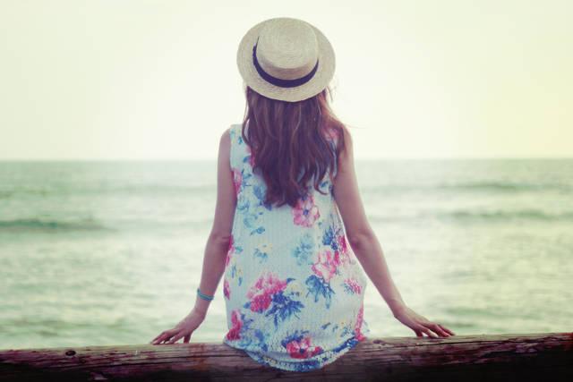 丸太に座って海を眺める女の子の画像|おしゃれなフリー写真素材:GIRLY DROP (930)