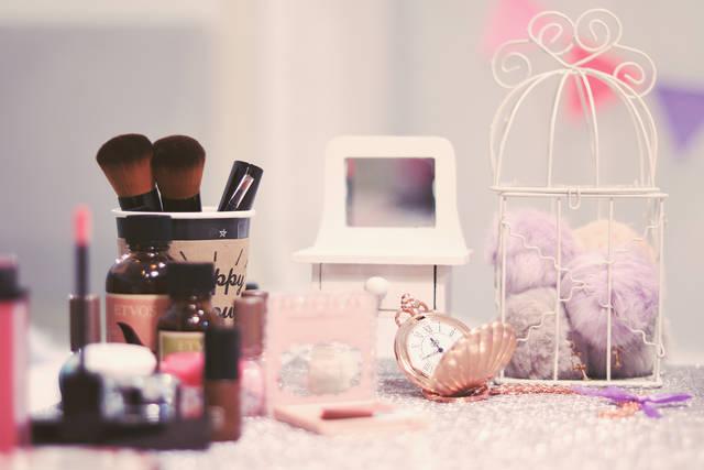 おしゃれ女子のドレッサーに置かれた化粧品たちのフリー写真画像|GIRLY DROP (955)