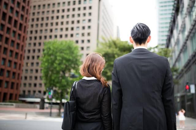 信号待ちをするスーツ姿の男女|フリー写真素材・無料ダウンロード-ぱくたそ (1257)