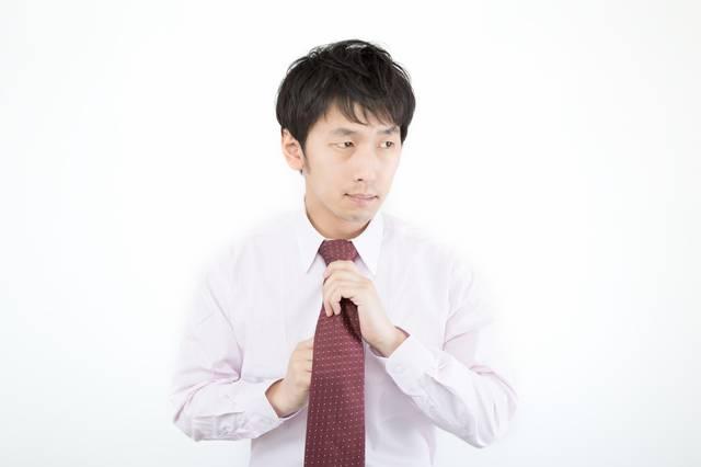 ネクタイを締める広告代理店勤務の新入社員|フリー写真素材・無料ダウンロード-ぱくたそ (1303)