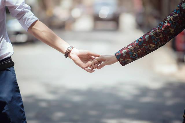 [フリー写真] 手をつなぐカップルの手でアハ体験 -  GAHAG | 著作権フリー写真・イラスト素材集 (1392)