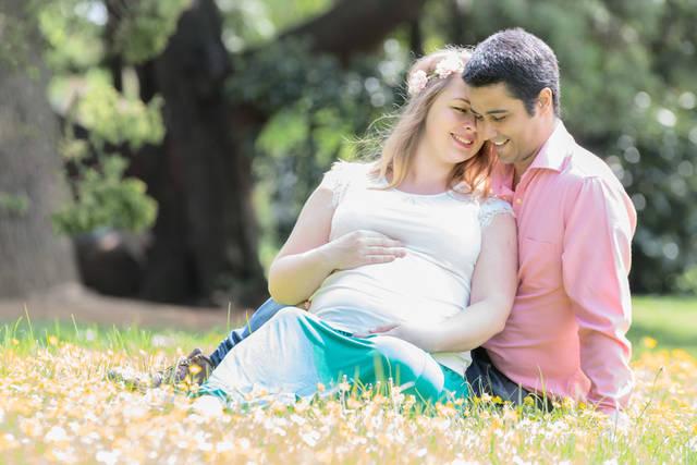 [フリー写真] 寄り添っている妊婦の妻と夫でアハ体験 -  GAHAG | 著作権フリー写真・イラスト素材集 (1476)