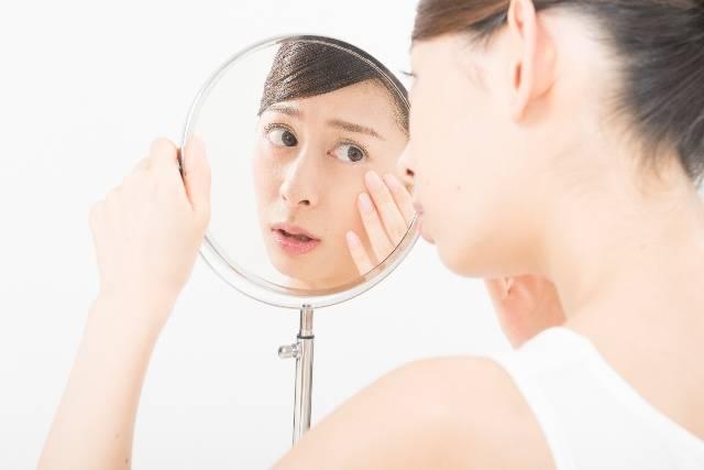 鏡で肌をチェックする女性(鏡越し)7|写真素材なら「写真AC」無料(フリー)ダウンロードOK (1489)