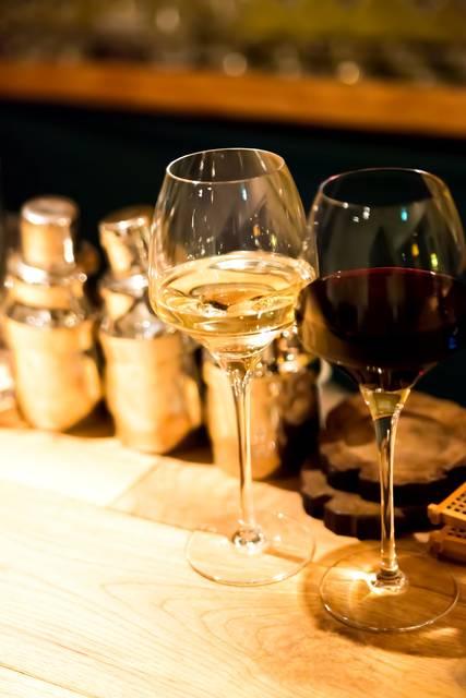 バーカウンターの白と赤のワイン|フリー写真素材・無料ダウンロード-ぱくたそ (1659)