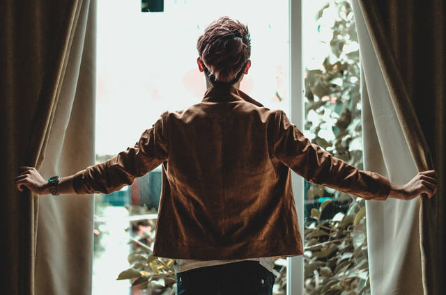 [フリー写真] カーテンを開ける男性の後ろ姿でアハ体験 -  GAHAG   著作権フリー写真・イラスト素材集 (1983)