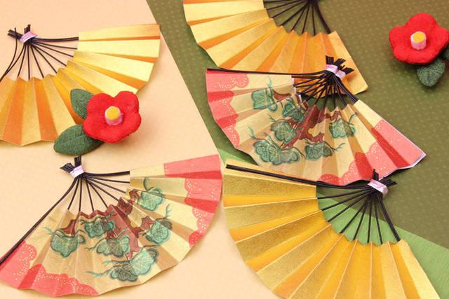 [フリー写真] 扇子と梅の花の新春の背景でアハ体験 -  GAHAG   著作権フリー写真・イラスト素材集 (1984)