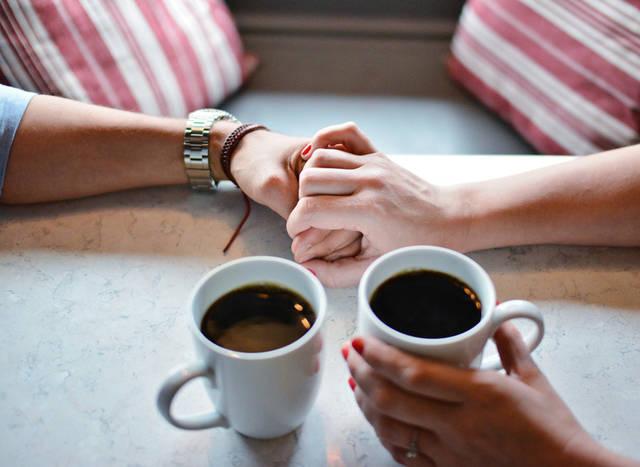 [フリー写真] コーヒーとつないでいるカップルの手でアハ体験 -  GAHAG   著作権フリー写真・イラスト素材集 (1988)