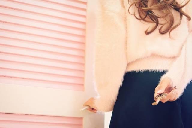 鍵を後ろ手に持っている女の子のフリー写真画像|GIRLY DROP (2085)