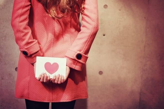 後ろ手にラブレターを隠している女の子のフリー写真画像|GIRLY DROP (2101)