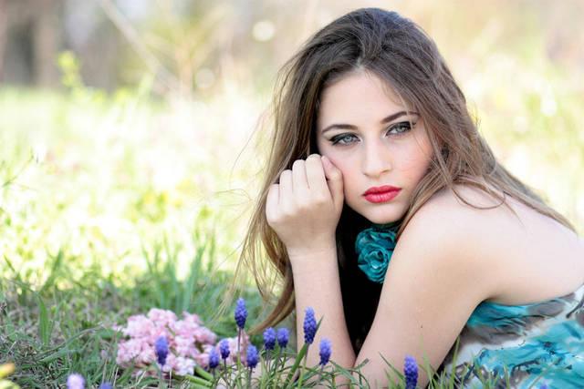 [フリー写真] 草花と腹這い姿の外国人女性でアハ体験 -  GAHAG | 著作権フリー写真・イラスト素材集 (2176)