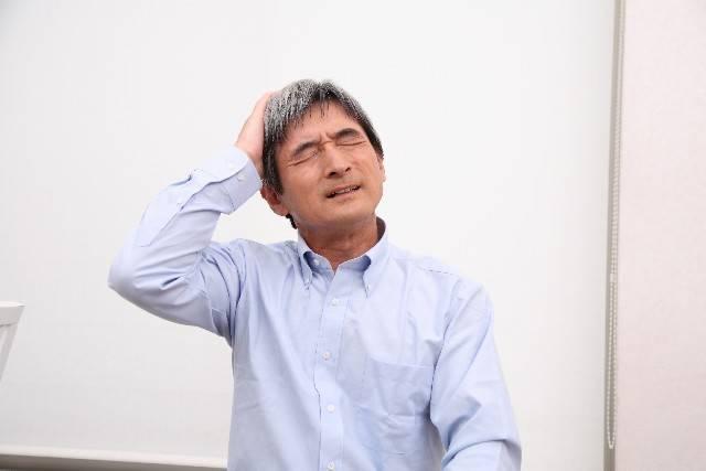 頭を抱えるシニア男性1|写真素材なら「写真AC」無料(フリー)ダウンロードOK (2179)