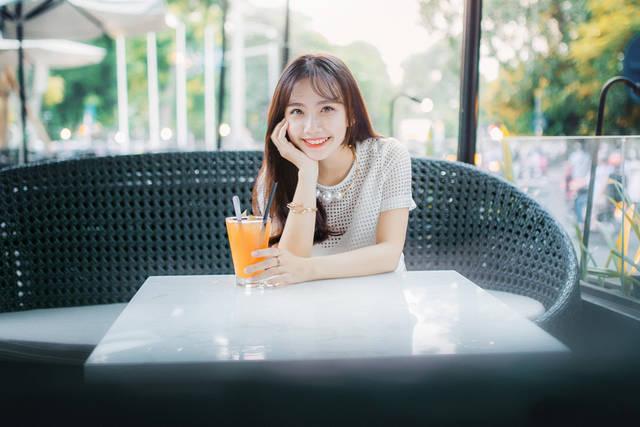 [フリー写真] ジュースと頬杖をつくベトナム人女性でアハ体験 -  GAHAG | 著作権フリー写真・イラスト素材集 (2384)
