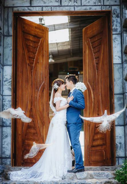 [フリー写真] 扉の前で向かい合う新郎新婦と鳩でアハ体験 -  GAHAG | 著作権フリー写真・イラスト素材集 (2385)
