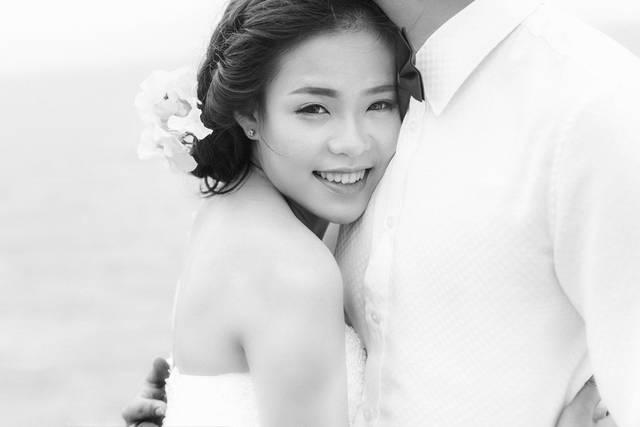 [フリー写真] 新郎の胸に抱きつく新婦でアハ体験 -  GAHAG | 著作権フリー写真・イラスト素材集 (2459)