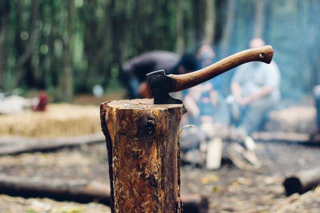 [フリー写真] 薪を割った手斧とキャンプをする人々でアハ体験 -  GAHAG | 著作権フリー写真・イラスト素材集 (2574)