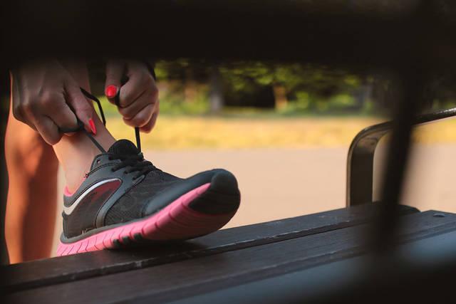[フリー写真] スニーカーの靴紐を結ぶ女性の手でアハ体験 -  GAHAG | 著作権フリー写真・イラスト素材集 (2577)
