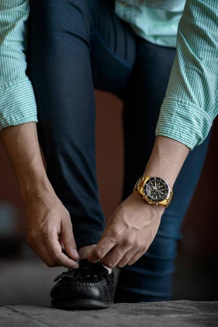 [フリー写真] 靴ひもを結ぶ男性でアハ体験 -  GAHAG | 著作権フリー写真・イラスト素材集 (2704)