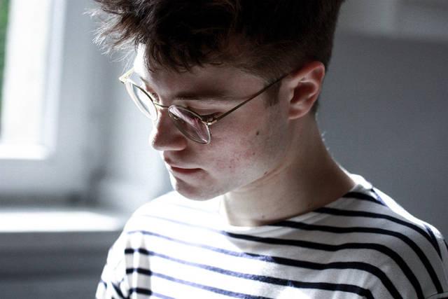 [フリー写真] 眼鏡をかけた外国人男性のポートレイトでアハ体験 -  GAHAG | 著作権フリー写真・イラスト素材集 (2705)