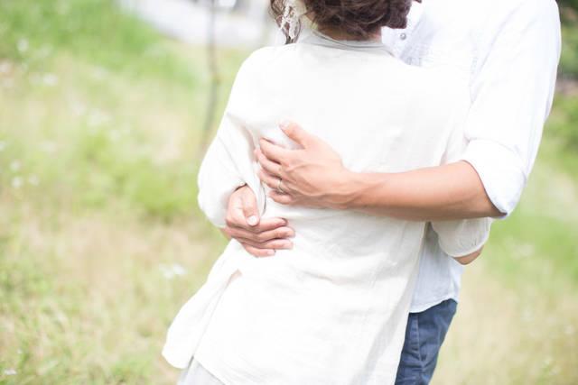 [フリー写真] 抱き合っているカップルでアハ体験 -  GAHAG | 著作権フリー写真・イラスト素材集 (2713)