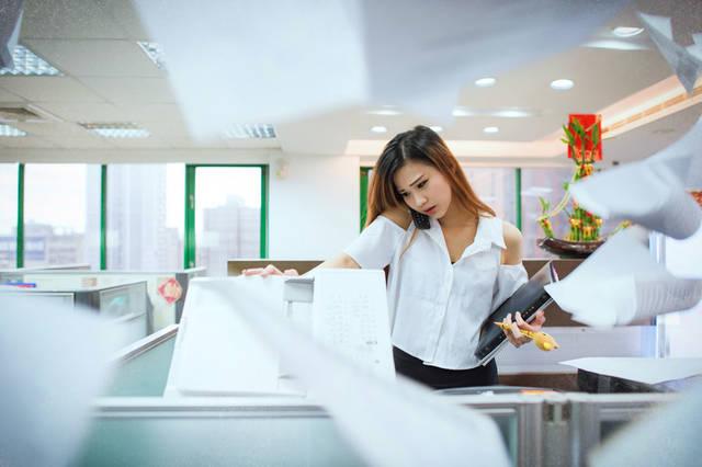 [フリー写真] 電話対応しながらコピーを取る女性OLと宙を舞う書類でアハ体験 -  GAHAG | 著作権フリー写真・イラスト素材集 (2766)