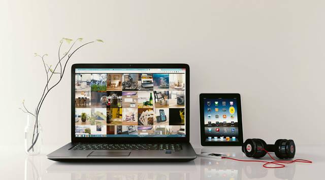 [フリー写真] ノートパソコンとタブレットPCとスマホとヘッドホンでアハ体験 -  GAHAG | 著作権フリー写真・イラスト素材集 (2767)