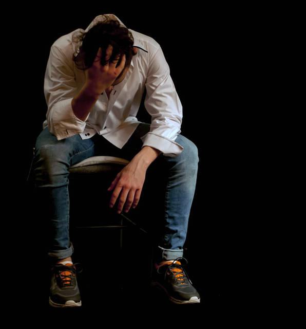 [フリー写真] 頭を抱えて落ち込む外国人男性でアハ体験 -  GAHAG | 著作権フリー写真・イラスト素材集 (2779)