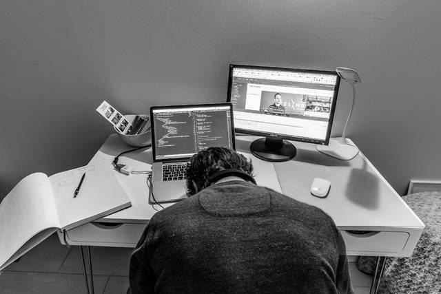 [フリー写真] パソコンの前で力尽きるウェブクリエイターでアハ体験 -  GAHAG | 著作権フリー写真・イラスト素材集 (2825)