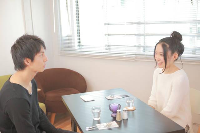 [フリー写真] カフェでデートしているカップルでアハ体験 -  GAHAG | 著作権フリー写真・イラスト素材集 (2828)