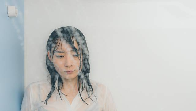 シャワーで涙を流す失恋女子|フリー写真素材・無料ダウンロード-ぱくたそ (3069)