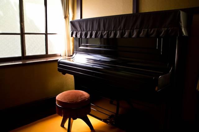 窓際の古いピアノ|フリー写真素材・無料ダウンロード-ぱくたそ (3079)