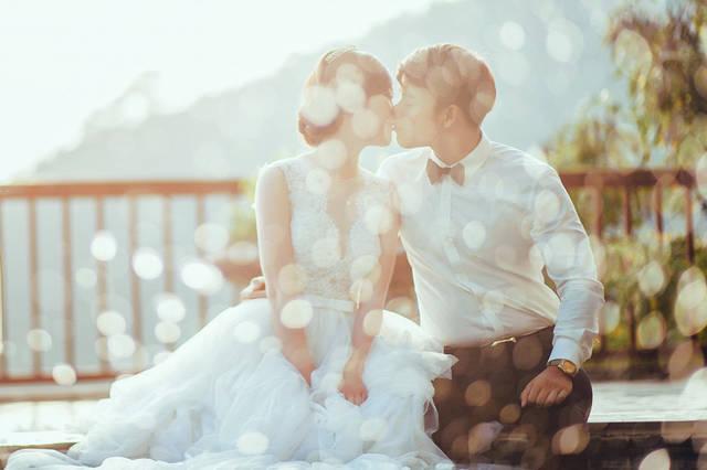 [フリー写真] 光の玉ボケとキスをする新郎新婦でアハ体験 -  GAHAG | 著作権フリー写真・イラスト素材集 (3095)