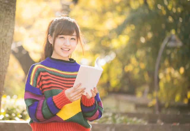 読書の秋、紅葉に包まれる80s風女子|フリー写真素材・無料ダウンロード-ぱくたそ (3108)