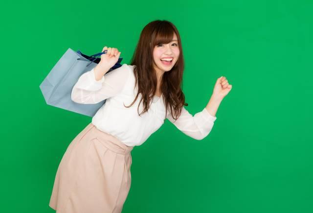ショッピングに夢中な女性(グリーンバック)|フリー写真素材・無料ダウンロード-ぱくたそ (3111)